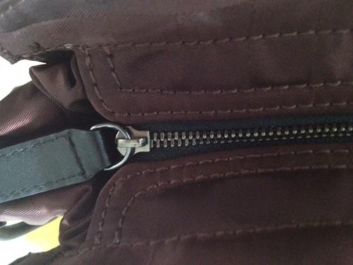 burberry假包的侧面拉链图示