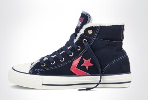 匡威鞋子是时尚潮人的必备,深受年轻人的欢迎。