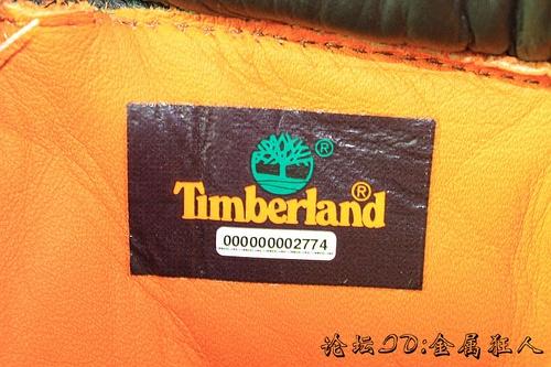 正品timberland的内标下方有一行12位数的白色数字,为靴子的微雕字母防伪编码