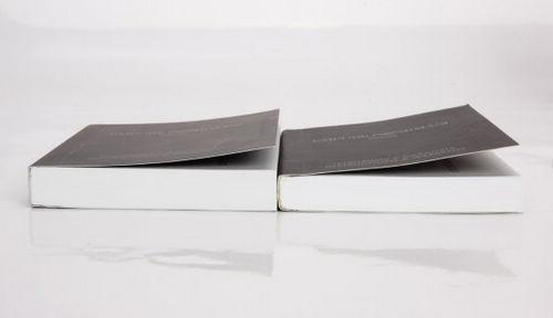 真假阿玛尼手表使用手册的厚度对比