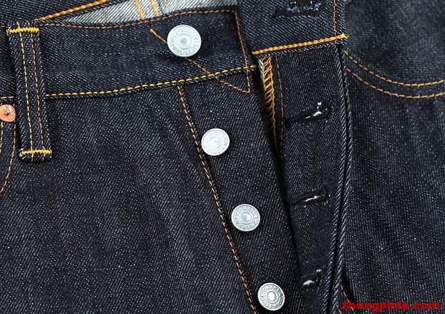 EVISU门襟铆钉则是素雅的阳文logo.
