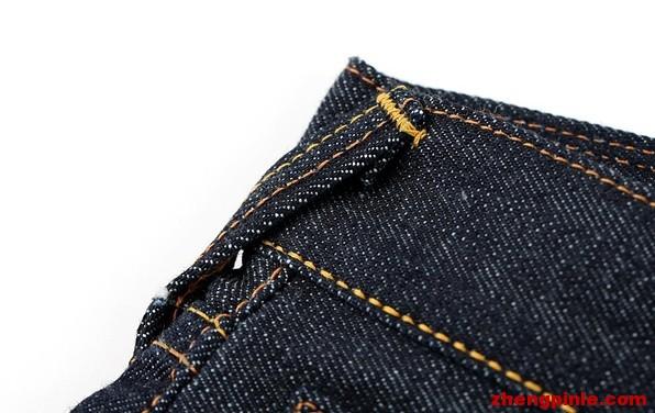 裤子后背及两侧的皮带环都是斜着缝制的.
