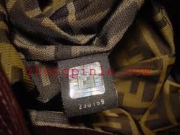 2004年以后的芬迪fendi包内有黑色标签,上有镭射防伪印记