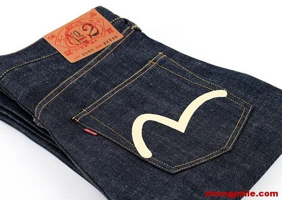 日本牛王的品牌logo及经典的后袋logo都是来源自levis