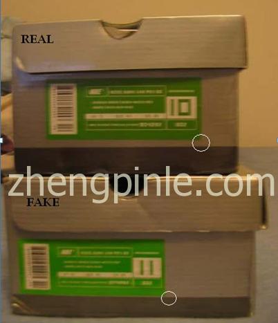 真的Heineken鞋盒标签居中,假的标签靠下且颜色也不同