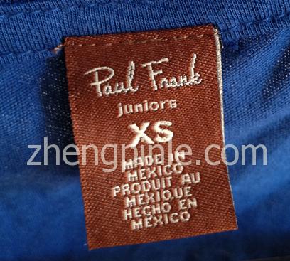 2012年后的大嘴猴T恤领标为棕色的长方形标