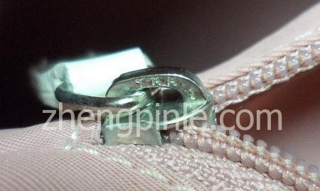 Dior包少女系列Girly Dior包的拉链为YKK订制拉链