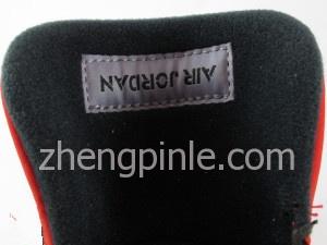 鞋舌内面缝有字母向下的的Air Jordan标签