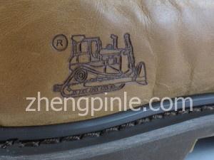 CAT鞋上有卡特彼勒标识