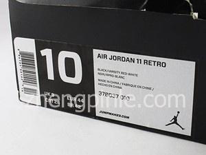 鞋盒的侧面同样有白色的信息标签