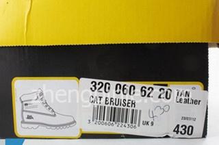 CAT鞋鞋盒的侧面有鞋子的白色信息标签