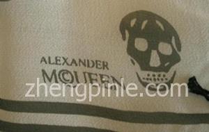 假的McQueen麦昆丝巾品牌标志
