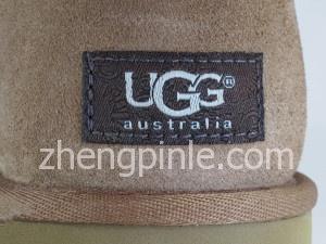 UGG雪地靴的鞋后跟标签