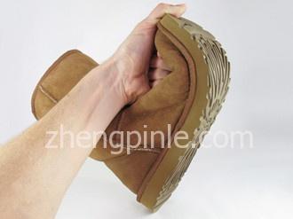 正品UGG雪地靴的鞋底柔软富有弹性