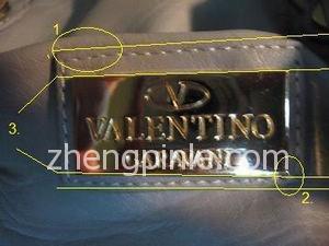 假的华伦天奴Valentino皮包外面的金属标牌