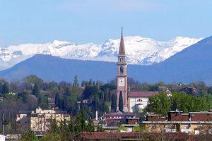 意大利阿尔卑斯山区的Montebelluna镇