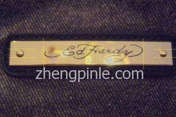 正品Ed Hardy背包的金属标牌