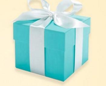 系有白色绸缎的蒂芙尼蓝色礼盒